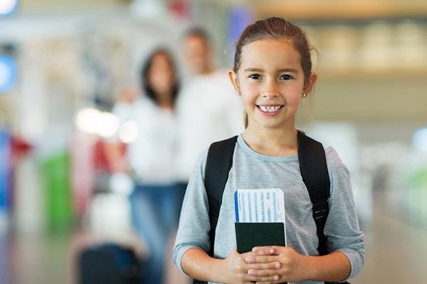 Trẻ em đi máy bay cần mang theo giấy khai sinh hoặc Passport